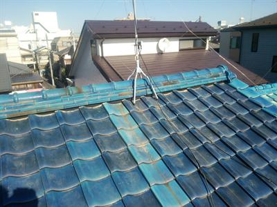 市川市にて棟の取り直し工事で瓦のずれを改善、火災保険で雨樋交換も実施