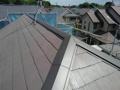 我孫子市東我孫子の2年前に屋根塗装を行ったお住まいにてタスペーサー設置と棟板金交換で雨漏りを防止