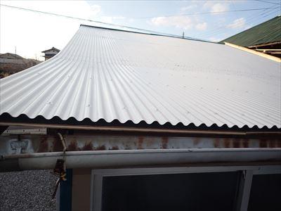 いすみ市大原にて経年劣化によって穴が開いた波板をガルバリウム鋼板製波板による葺き替え工事で改善アフター