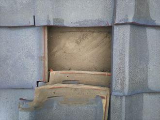 浦安市堀江で行った雨漏りが発生した瓦屋根調査で防水紙の穴開きを発見