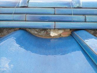 市川市北方で行った瓦屋根調査で拭き土が露出している棟は雨漏りに繋がります