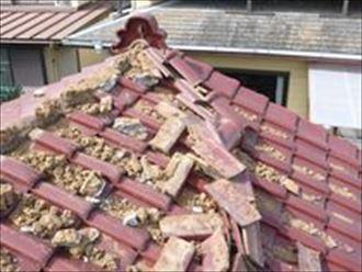 地震で崩れた棟瓦
