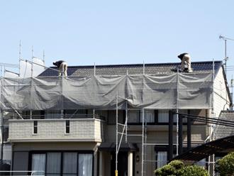屋根で作業をする人