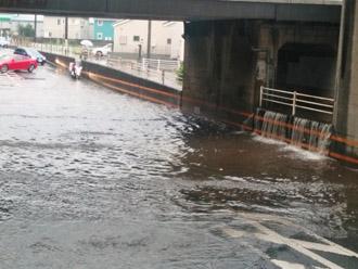 台風による大雨で冠水した道路
