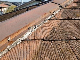 雨漏りの原因になる棟板金周りのコーキング処理