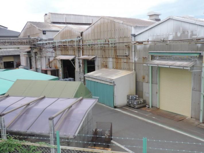 大波スレートの建物が建ち並ぶ工場・倉庫地帯
