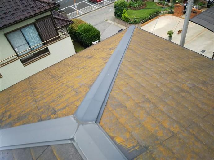 柏市永楽台で行った化粧スレート屋根調査で陽当たりの悪い北側の屋根は苔・藻・カビが発生が顕著に見られます