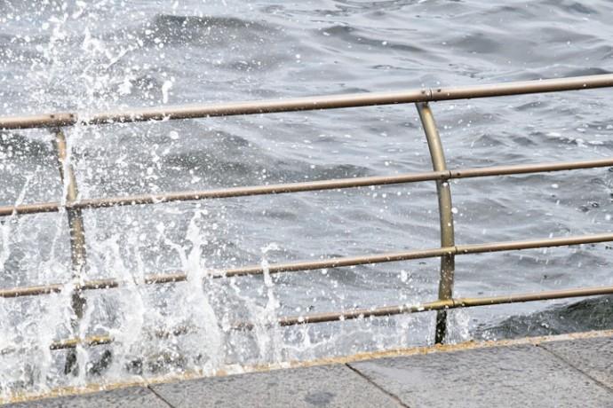 堤防を越える波