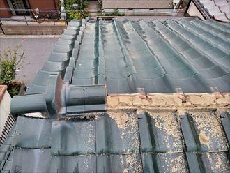 棟が崩れて葺き土が露出