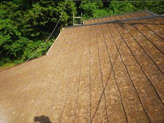 松戸市八ケ崎で行ったスレート屋根調査で屋根全体の塗装が劣化