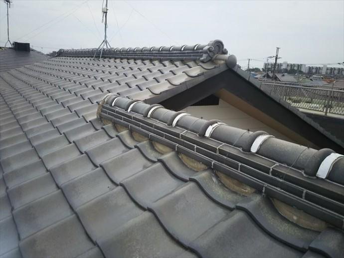 浦安市堀江で行った瓦屋根調査で棟ののし瓦の継目などにコーキング処理を隙間なくしているので雨水の逃げ道が無くなっています
