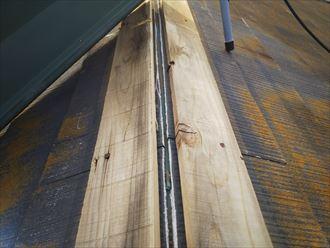 市川市真間で強風の影響により棟板金が捲れてしまい貫板や防水紙が露出