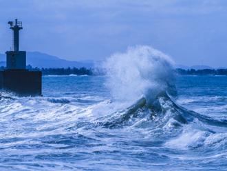 強風による荒波