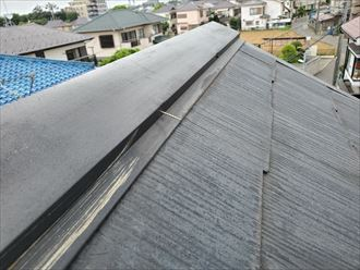 市川市若宮で行った化粧スレート屋根調査で抜けてしまいそうな棟板金の釘を発見