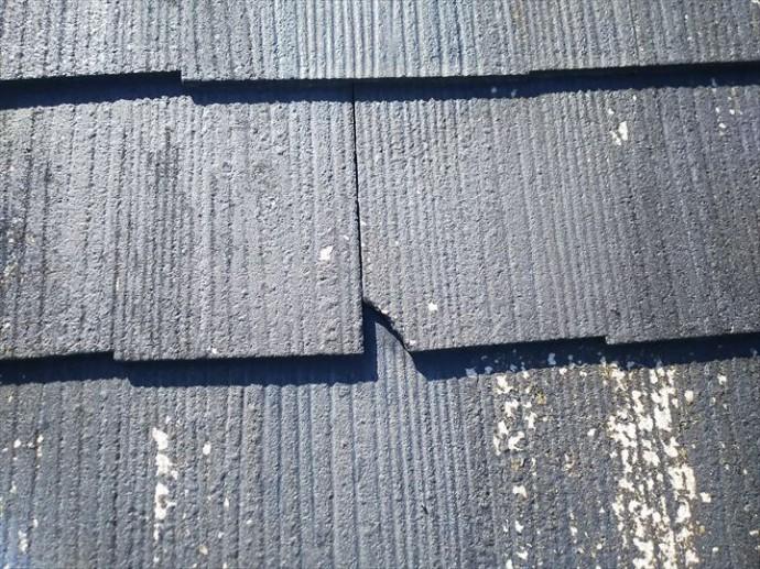流山市平和台で行った化粧スレート屋根調査で屋根材の欠けを発見