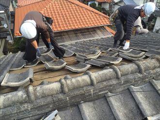 コンクリート瓦屋根を葺き替えているところ
