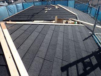 屋根葺き替え工事で屋根材の設置終了後、棟板金の貫板を設置