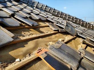 台風15号の強風の影響により瓦が剥がれ防水紙が露出