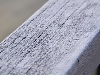 手摺りに降りた霜