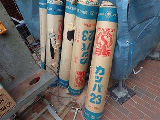 屋根葺き替え工事で新しい防水紙を敷設