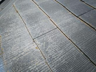市川市本塩で行った化粧スレート屋根調査で屋根塗装の劣化により防水性の低下