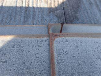 千葉市美浜区真砂で行った化粧スレート屋根調査で以前から浮いていた棟板金の釘が錆ています
