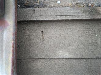 浦安市堀江で行った瓦屋根調査で防水紙を留めているタッカーの芯材が錆てしまうと雨漏りの原因になります