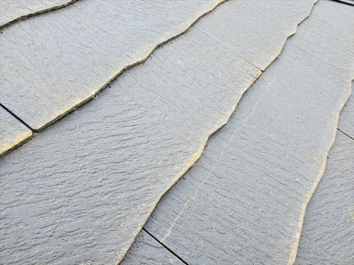 市川市須和田で行った化粧スレート屋根調査で横方向のひび割れを発見