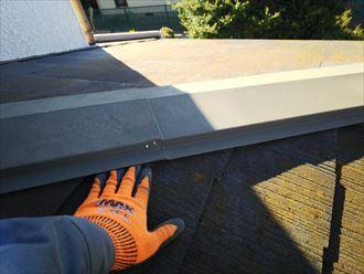 市原市南国分寺で行った屋根調査で棟板金の歪みにより隙間が発生しています