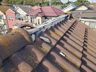 台風の影響により棟瓦が剥がれて落下