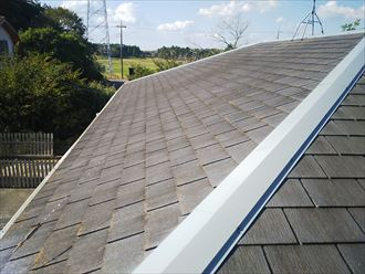 柏市南逆井で行ったスレート屋根の調査で屋根塗装の劣化により色褪せています
