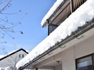 屋根の上に積もった雪