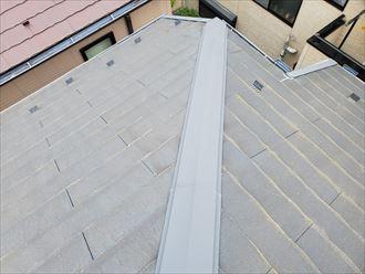 流山市駒木で行ったコロニアル屋根調査で経年劣化により屋根塗装が剥がれて防水性が低下