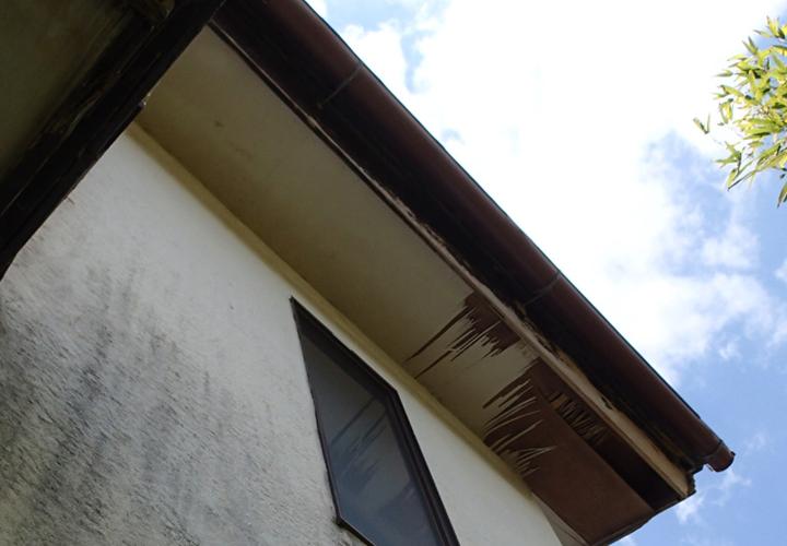 君津市奥米にて軒天の剥がれ、台風による強風でさらに悪化してしまいました