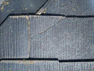 市川市本塩で行った化粧スレート屋根調査で化粧スレートにひび割れ