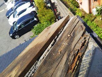 浦安市弁天で行った棟板金交換工事で既存の貫板が腐食しています