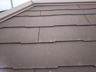柏市加賀で行ったスレート屋根調査でスレートのひび割れを発見
