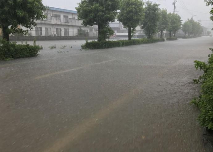 台風で冠水した道路