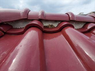 流山市向小金で行った瓦屋根調査で棟の漆喰が剥がれて葺き土が露出すると雨漏りの原因になります