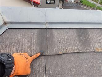 柏市明原で行った化粧スレート屋根の調査で滑落に繋がるひび割れを発見