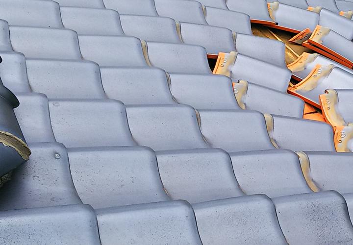 富津市数馬にて台風による瓦の飛散のご相談、防水紙の劣化も点検を行います