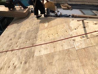 屋根葺き替え工事で屋根の下を補強するための野地板を張ります