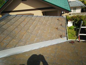 松戸市樋野口で行った化粧スレート屋根調査で経年の劣化により塗装が剥がれてます