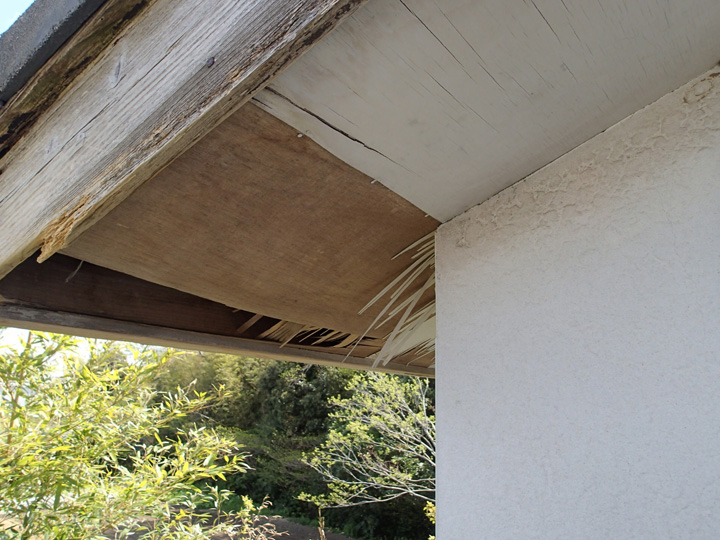 君津市大井戸にて劣化した破風板の交換と剥がれた軒天の張替えを行いました