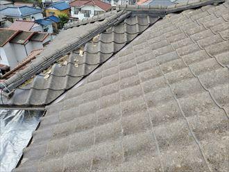 棟の漆喰や葺き土が露出
