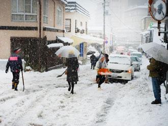 雪で立ち往生する車
