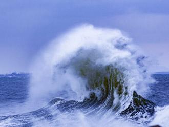 荒れ狂う海