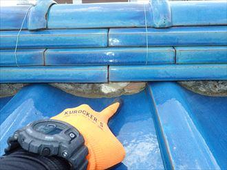 野田市今上で行った瓦屋根の漆喰調査で漆喰が剥がれて葺き土が露出しています