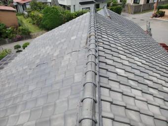 野田市船形で瓦屋根の棟が歪んでおり崩壊の危険性があります