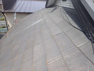 松戸市松飛台で行った化粧スレート屋根調査で塗装の剥がれにより屋根材の色褪せ